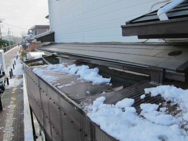 波板屋根の雪による破損